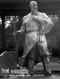古城墙边的宋城公园内矗立着一尊青铜塑像这正是福寿沟的修建者刘彝