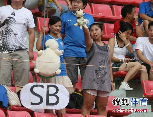 图文:[中超]长沙VS北京 女球迷展示玩偶