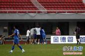 图文:[中超]长沙1-0北京 长沙队员场边庆祝