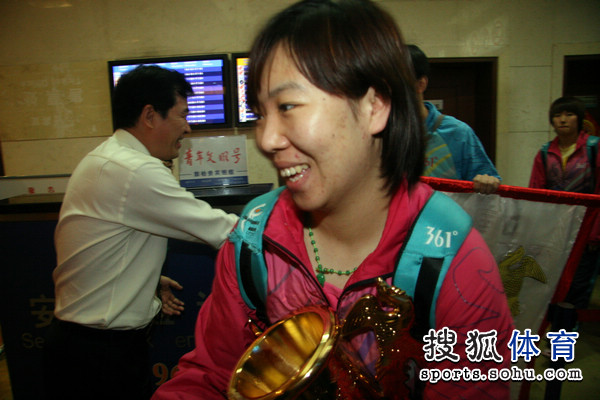 图文:鲁能女团载誉归来抵济 李晓霞兴奋