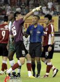 图文:[中超]杭州2-1辽宁 张鹭向主裁投诉