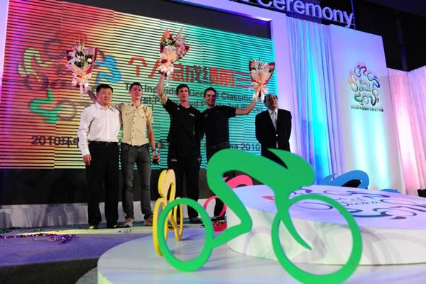 图文:2010年环中国赛圆满落幕 庆祝胜利