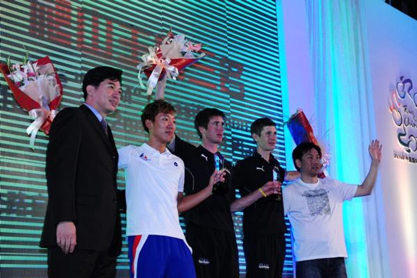 图文:2010年环中国赛落幕 爬山王前三名合影