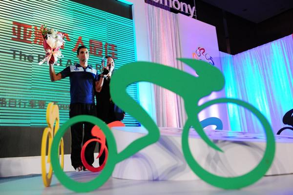 图文:2010年环中国赛落幕 获奖选手手举鲜花