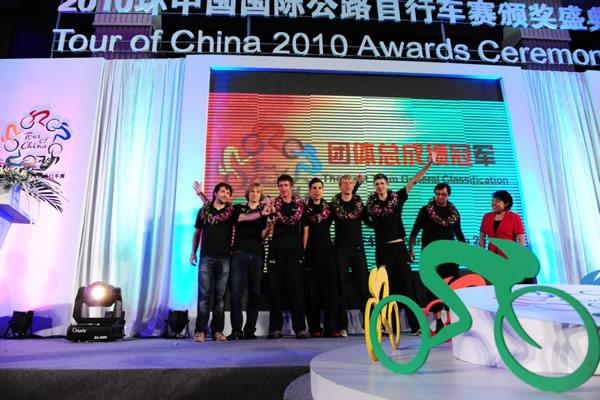 图文:2010年环中国赛圆满落幕 领奖台上庆祝