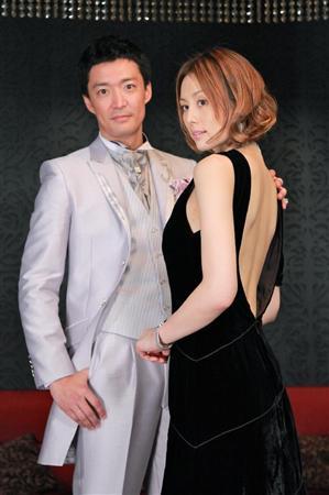 米仓凉子(右)性感露背装