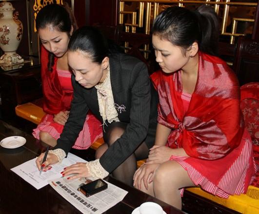 美女总裁刘莉报名竞拍马拉多纳午餐会图