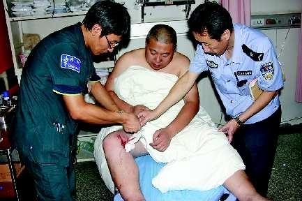 医生正在给受伤的民警杨元强包扎 鞠平 摄图片