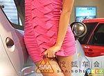 成都车展车模裙子短 用手遮