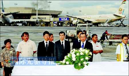 8月25日,中国驻菲律宾大使刘建超等在马尼拉国际机场送别香港遇难者遗体。本报记者 黄本强/摄