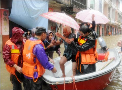 9月21日,广东阳春市三甲镇遭受特大暴雨袭击,救援人员将受灾群众转移到安全地带。