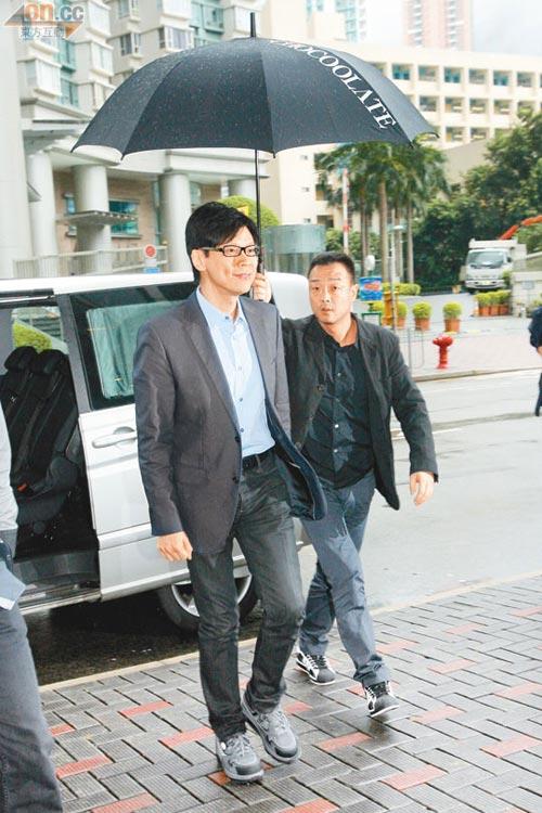 王喜陪为陈志云出庭,为他打伞
