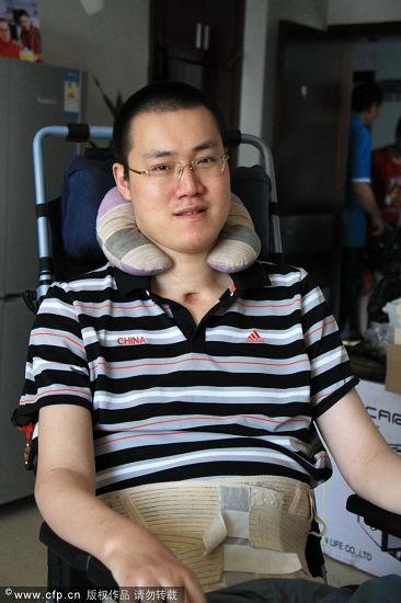 图文:中秋节教练给汤淼送月饼 汤淼看镜头