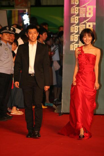 王珞丹红裙亮相红毯