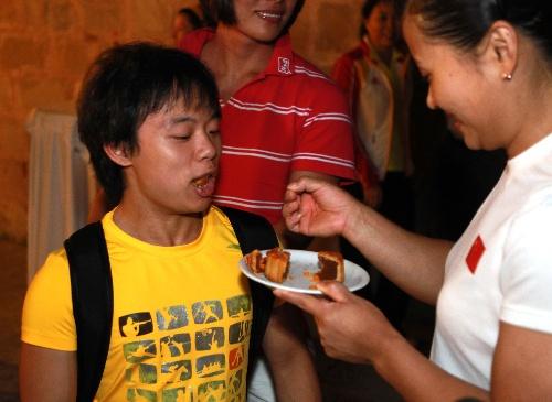 欧阳晓芳喂小将吃月饼