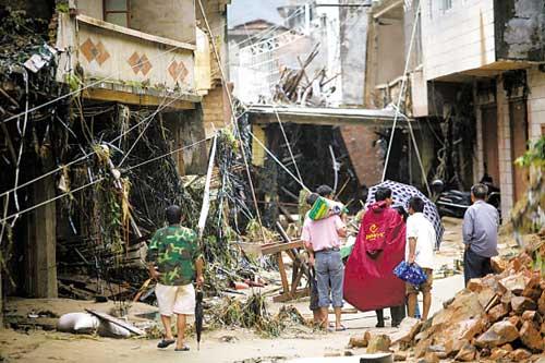 9月22日,信宜钱排镇双合村受灾村民回村察看受灾情况 羊城晚报记者 何奔 摄