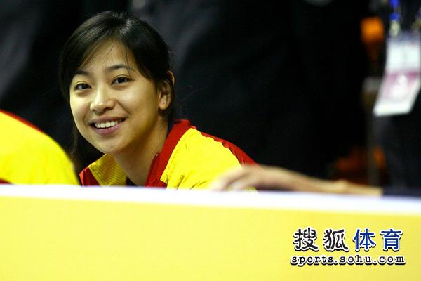 图文:中国女排3-0越南进四强 王茜笑对镜头
