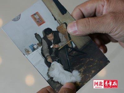 蔺嘉旺老人喂狗狗糖块的老照片,让家人很感慨■摄/本报记者崔靖