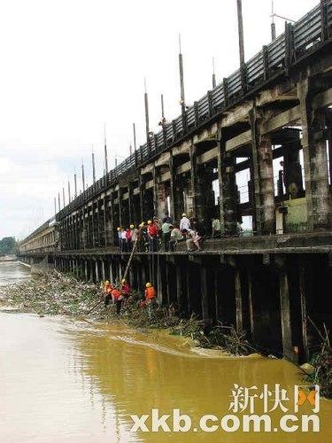 长约519米的双捷拦河大坝近三分一泄洪孔被杂物堵死。