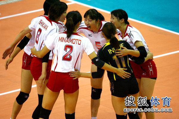 图文:中国女排VS日本 日本队围成一圈