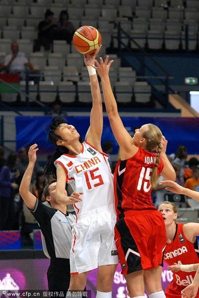 图文:女篮世锦赛中国负加拿大 陈楠跳球