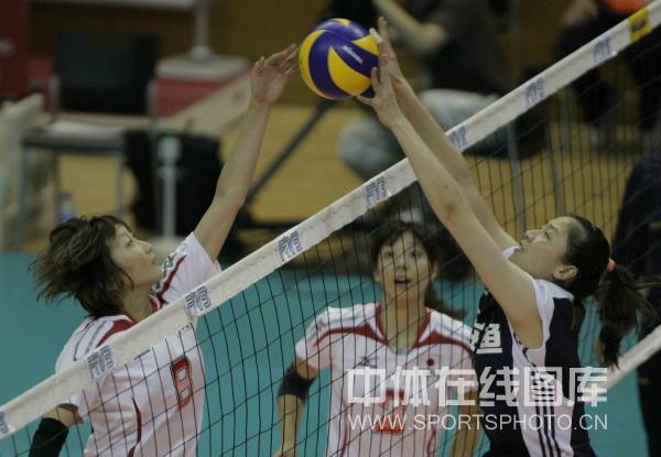 图文:中国女排3-0日本 魏秋月与对手网上争夺