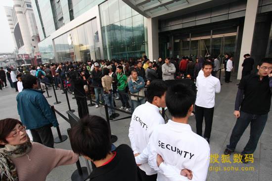 西单大悦城苹果App Store零售店前排队的人群