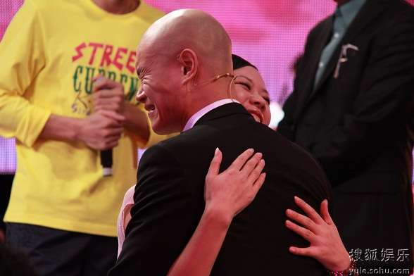 乐嘉与女嘉宾拥抱