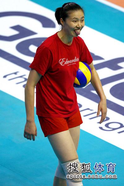 图文:中国女排轻松备战决赛 周苏红做鬼脸