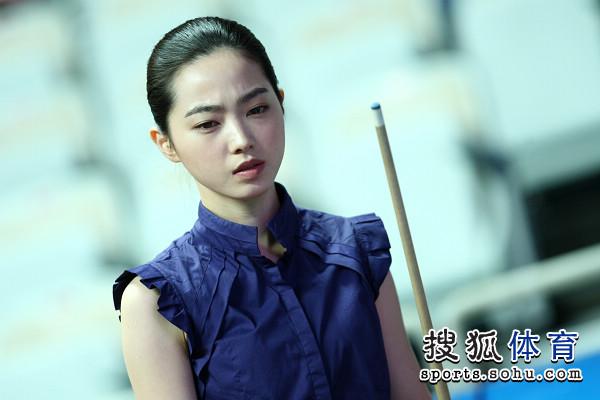在女子组的1/8决赛中,韩国美女车侑兰9-6击败卫冕冠军,中华台北球手