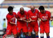 图文:[中超]大连2-2重庆 重庆队庆祝进球