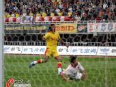 图文:[中超]陕西1-0青岛 卡隆进球瞬间