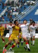 图文:[中超]陕西1-0青岛 毛剑卿拼抢