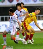 图文:[中超]陕西1-0青岛 疑似手球