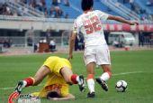 图文:[中超]陕西1-0青岛 积极拼抢