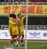 图文:[中超]陕西1-0青岛 陕西队庆祝进球