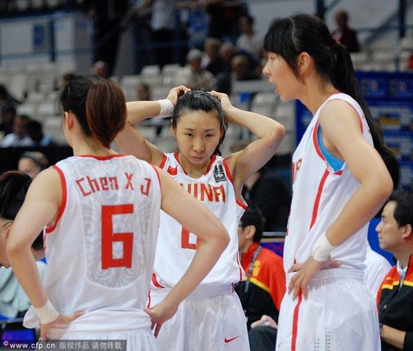 图文:女篮世锦赛中国负澳洲 苗立杰梳头