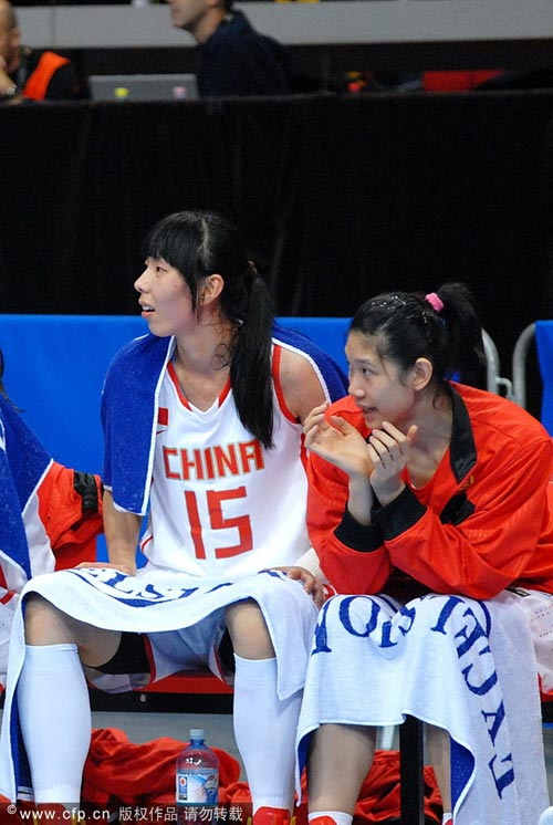 图文:女篮世锦赛中国负澳洲 陈楠场边观战