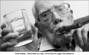 百岁高龄的亚瑟天天抽烟,日日喝酒春天蜜蜂喂什么营养品图片