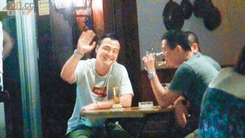 王喜夜蒲时发现记者,堆起笑容亲切挥手