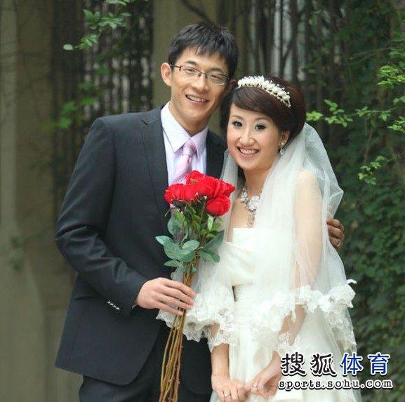 组图:王刚与刘蓉蓉国庆完婚 眼镜侠展柔情一面