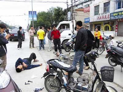 一车祸伤者被众人围观20多分钟无人报警