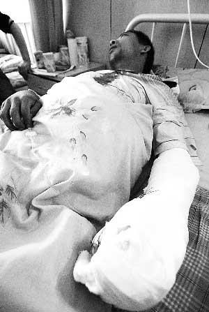 公交车司机在医院接受治疗。本报记者 裴强 摄