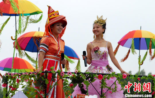 少数民族传统体育运动会上的民族歌舞