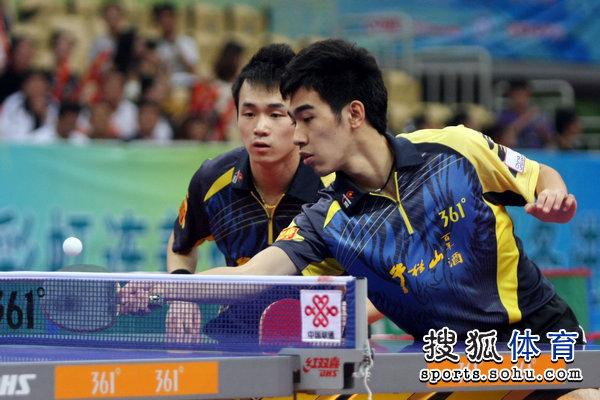 图文:乒超男团决赛第三回合 闫安接球瞬间
