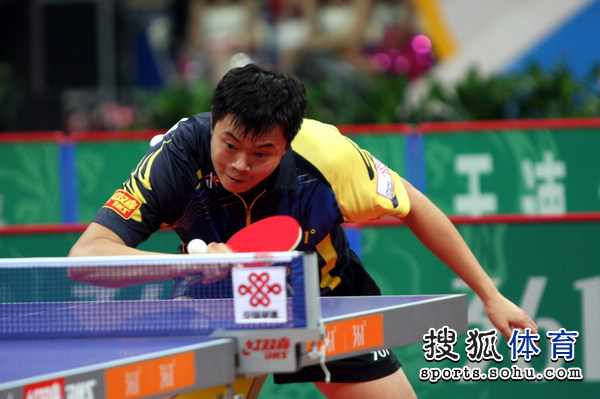 图文:乒超男团决赛第三回合 侯英超削球