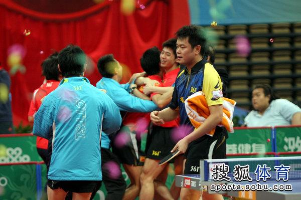 图文:乒超男团决赛第三回合 双方情绪显落差