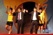 图文:乒超决赛第三回合 山东教练队员挥手致意