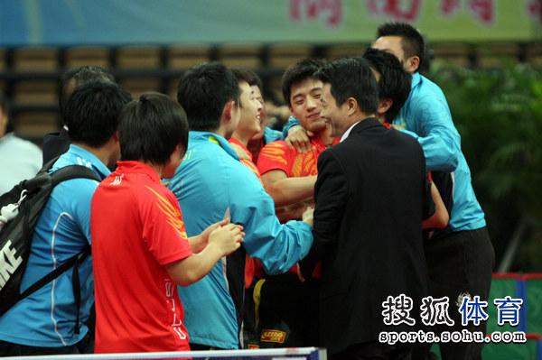 图文:乒超男团决赛第三回合 山东队员开心不已