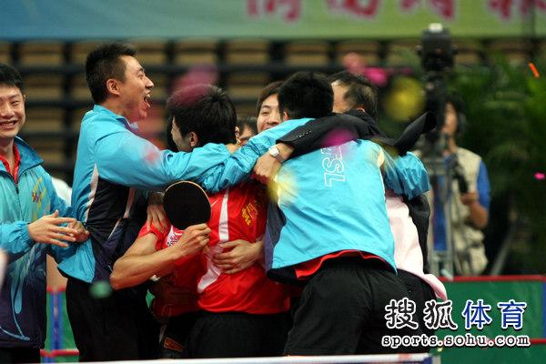 图文:乒超男团决赛第三回合 山东队员相拥庆祝